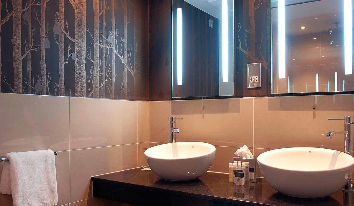 Ensuite bathroom in a Garden Room at Kingsmills Hotel